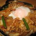 豚キムチの鉄板焼きトロトロ玉子のせ(420円)