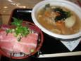 ミニ南鮪丼(735円)、あら汁(250円)