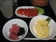 レモンサワー、トマト、玉子焼き、マグロブツ(計400円)
