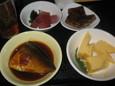 さばの味噌煮、出し巻き玉子、まぐろぶつ、煮凝り(100円)