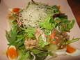 赤鳥のたたきとベビーリーフの大皿サラダ(500円)