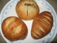 豆とトマトのカレーパン(170円)、ミニウインナーロール(150円)、チョコパン(120円)