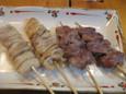 鳥皮串、豚頭串(250円)